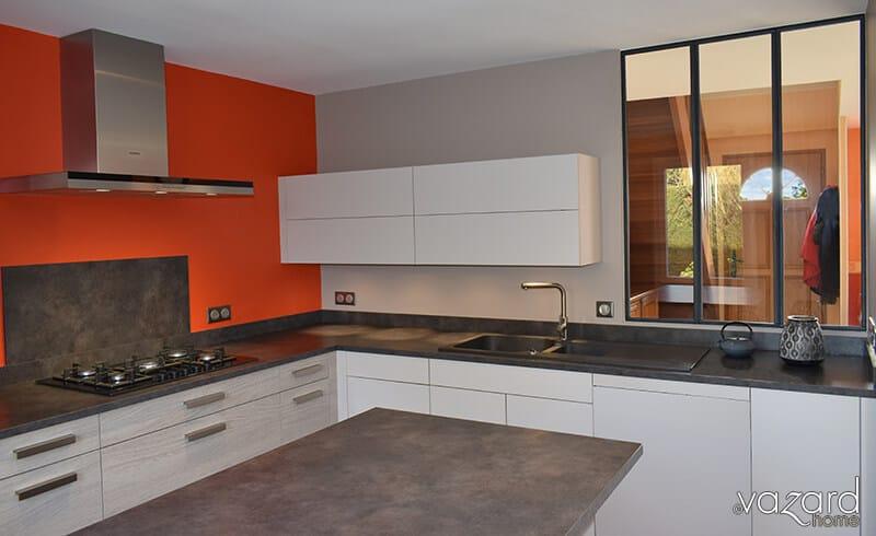 cuisine-contemporaine-bi-matieres-verriere-interieur-vazard-home