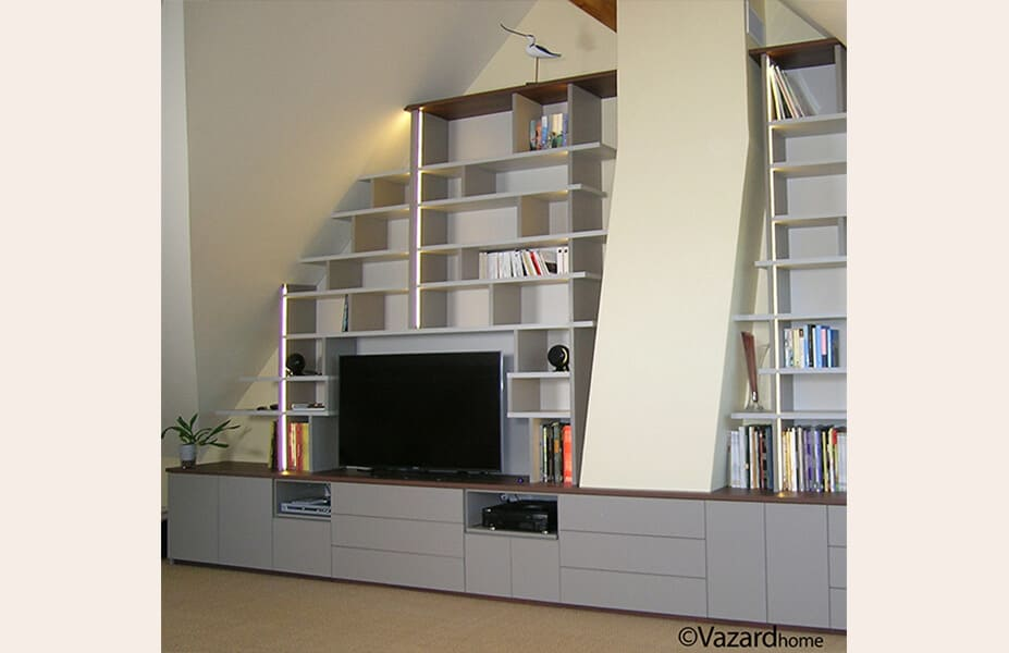 bibliotheque-home-cinema-sur-mesure-sous-pente-chemine